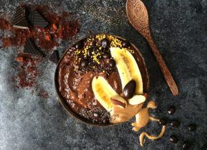 Smoothie bowl au chocolat, figues et dattes