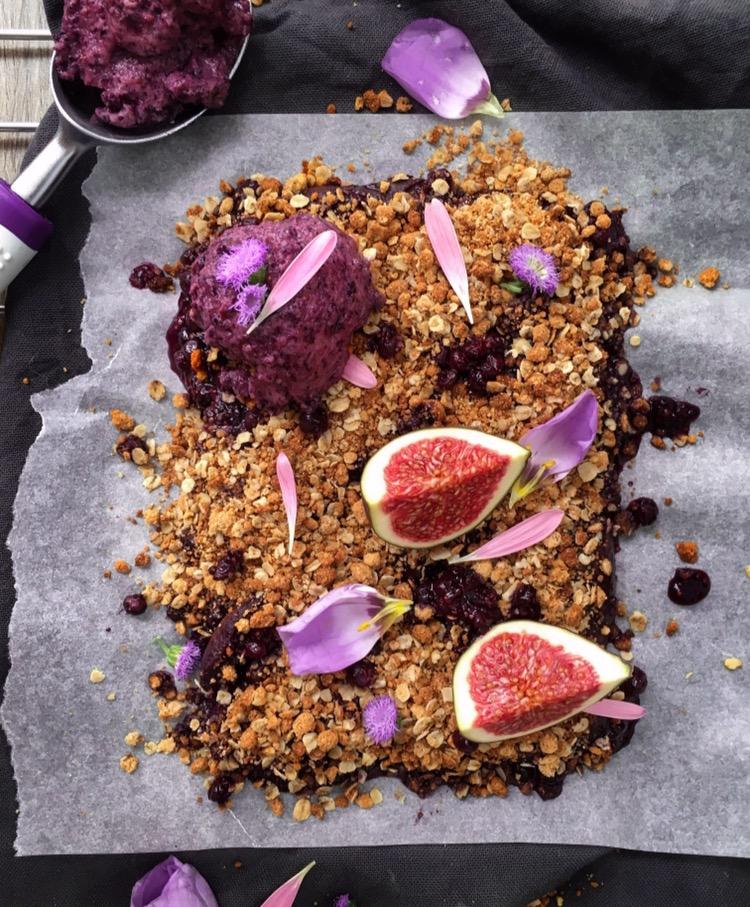 Crumble aux myrtilles et figues à la farine de coco (vegan) - Elina KST