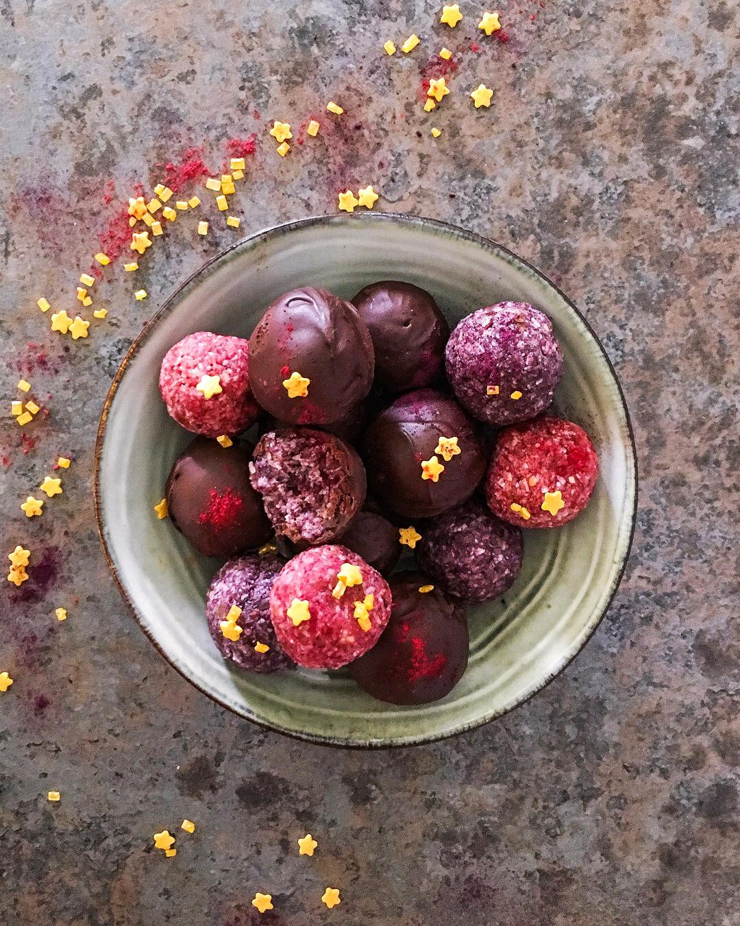 Recette healthy facile : bonbons crus à la noix de coco, betterave et baie de Goji noire