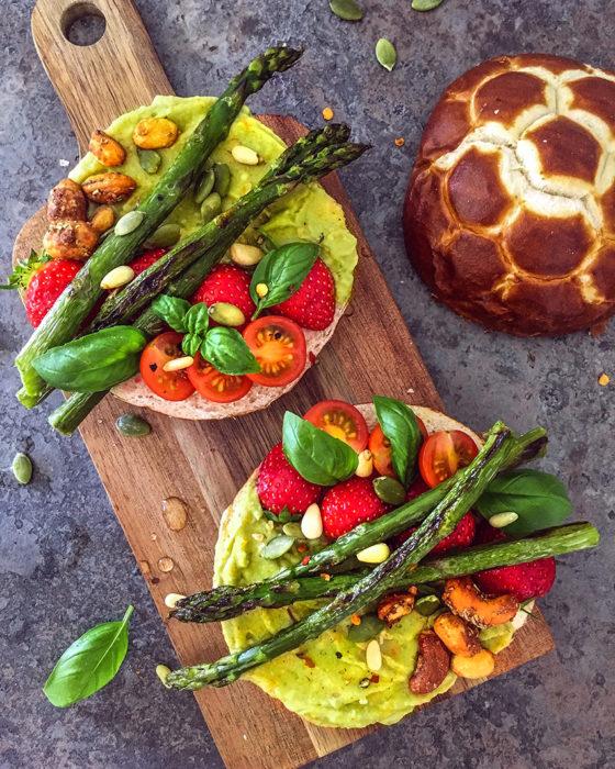 Tartines d'avocat, asperges poêlées, fraises et tomates cerises