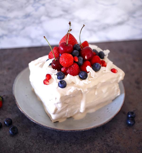 Gâteau healthy façon pancake sans gluten, noix de coco et fruits rouges